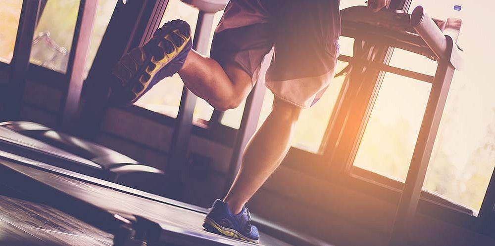 Běhání na trenažéru v posilovně, fitness - Shutterstock