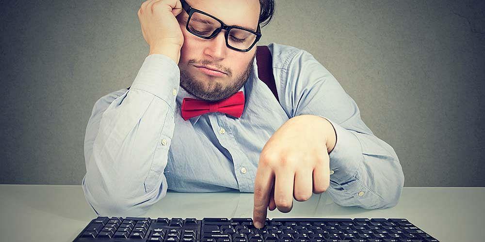 Shutterstock.com - lenost, muž za klávesnicí